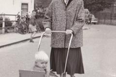 Peter_van_der_Sluijs_toen_hij_klein_was_met_zijn_moeder_bij_de_dorpskerk_in_Spijkenisse